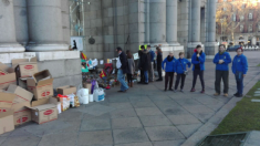 La asociación de belenistas recogiendo los nacimientos en la Puerta de Alcalá.