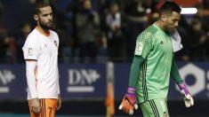 Alves y Mario Suárez se retiran cabizbajos tras el partido ante Osasuna. (EFE)