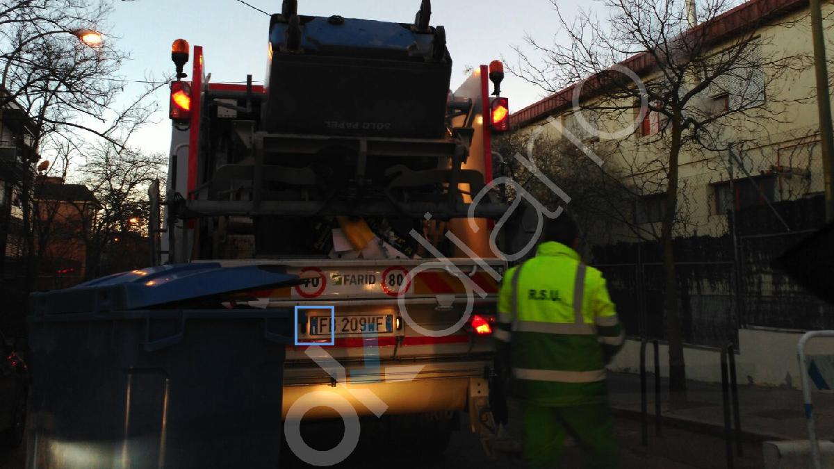 Camión de basura con matrícula italiana en el Ayuntamiento de Madrid. (Foto: OKDIARIO)