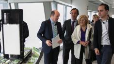 La alcaldesa Carmena junto al concejal de urbanismo, José Manuel Calvo (Podemos). (Foto: Madrid)