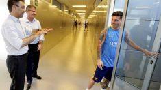 Leo Messi dialoga con Bartomeu en las instalaciones del Barça en Sant Joan Despi.