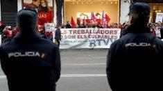 Trabajadores de Canal 9 y RTVV se manifiestan ante el juzgado, en Madrid. (EFE)