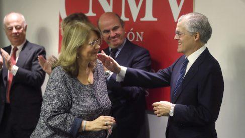 El nuevo presidente de la CNMV, Sebastián Albella, saluda a su predecesora, Elvira Rodríguez. (Foto: EFE)