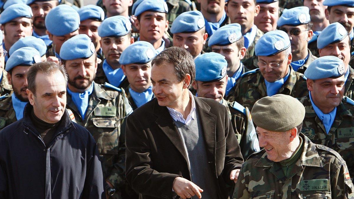 José Antonio Alonso en una foto de archivo junto a Zapatero y el general Félix Sanz Roldán. (Foto: EFE)