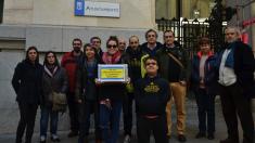 Los afectados a las puertas del Ayuntamiento. (Foto: TW)