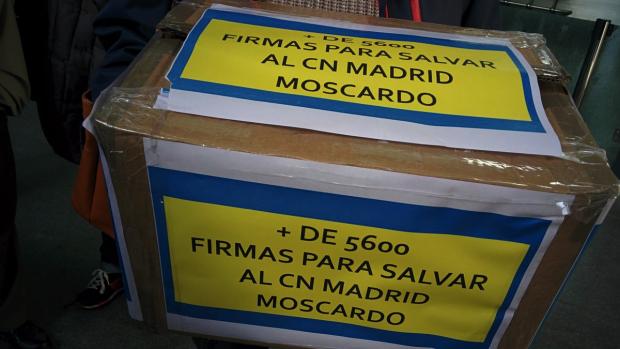 Entregan 5.600 firmas a Carmena para que no cierre la piscina municipal de Usera