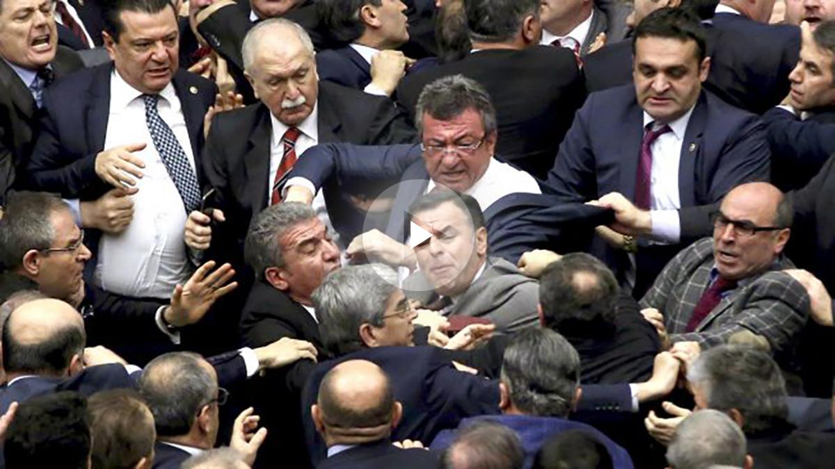 La imagen muestra la pelea entre diputados (Foto: AFP).