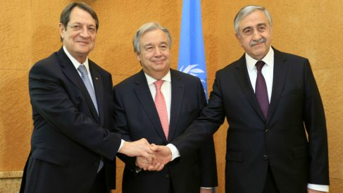 Antonio Guterres, secretario general de la ONU, con el presidente chipriota Nicos Anastasiades (izqda.), y el líder turcochipriota Mustafa Akinci (dcha.), en Ginebra. (AFP)