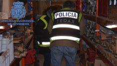 Un agente de los Tedax investiga el almacén donde se encontraban las armas incautadas. (Foto: Ministerio del Interior)
