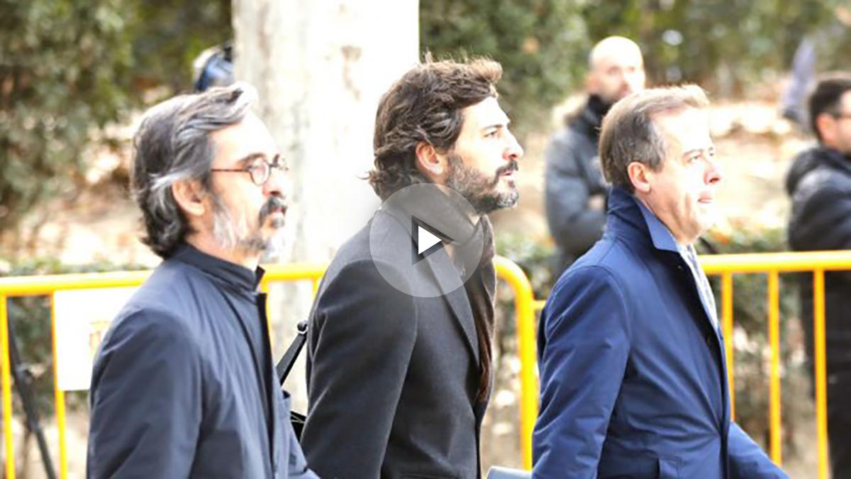 Oleguer Pujol junto a sus abogados, este jueves antes de declarar en la Audiencia (Foto: Efe).