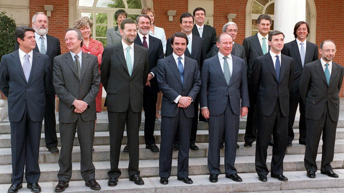 José María Aznar posa junto a sus ministros en la escalinata del Palacio de La Moncloa en el año 2000. (Foto: EFE)