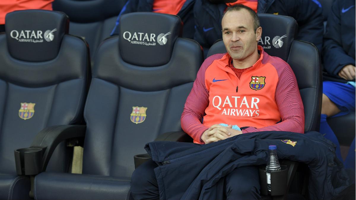 Andrés Iniesta, en el banquillo del Barcelona. (AFP)