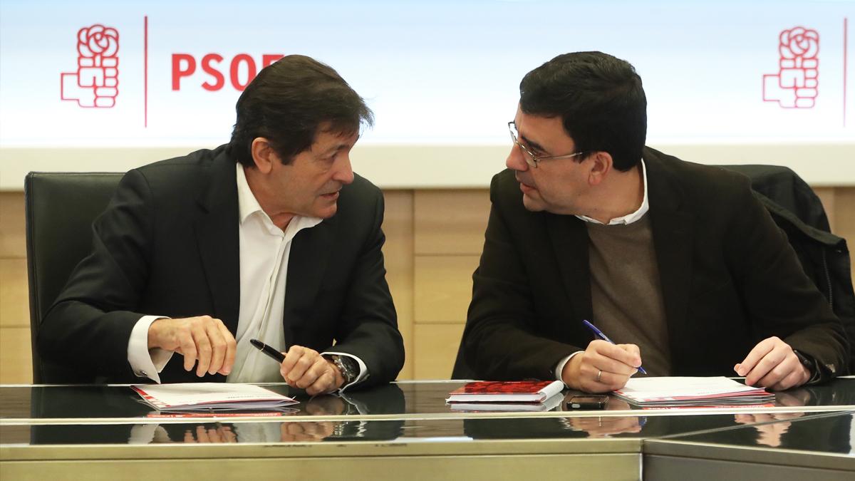 Javier Fernández y Mario Jiménez. (Foto: EFE)