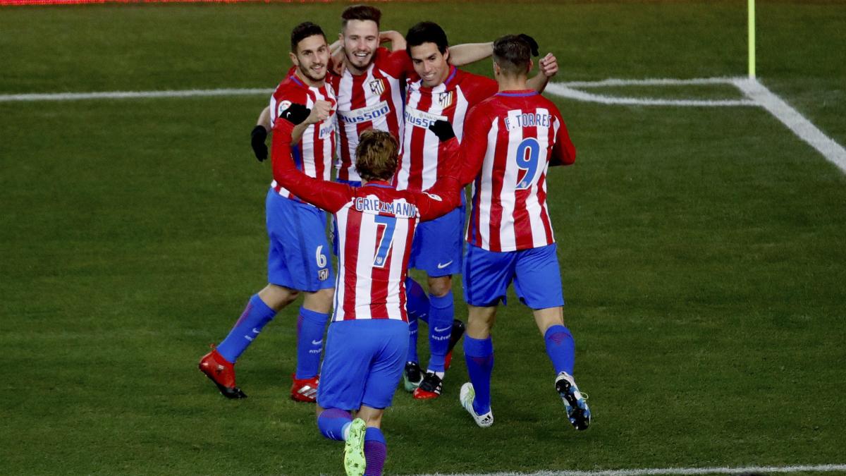 Los jugadores del Atlético celebran el gol de Nico Gaitán. (EFE)