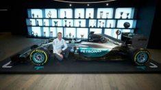Bottas posa con el nuevo coche de mercedes. (Twitter)