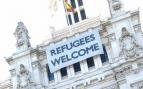 El cartel de 'Refugees Welcome' en el que se acumula la polución. (Foto: OKDIARIO)