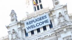 El cartel de 'Refugees Welcome'. (Foto: OKDIARIO)