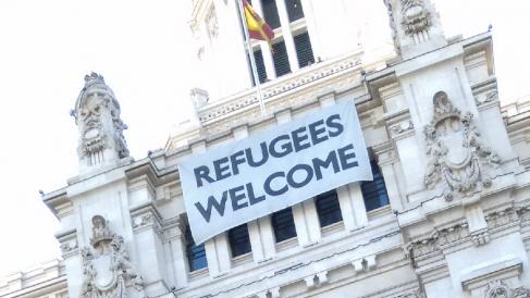 El cartel de 'Refugees Welcome'. (Foto: OKDIARIO)