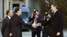 El Rey es recibido por el presidente del Gobierno,Mariano Rajoy, este martes en el Senado.
