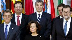 El presidente Rajoy, junto a Sáenz de Santamaría, Núñez Feijóo, Fernández Vara, Clavijo y García Page. (EFE)
