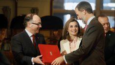 Los Reyes Felipe y Letizia, junto al presidente de la Feria Internacional de Turismo Fitur, Luis Gallego. (Foto: EFE)