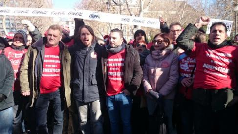 Pablo Iglesias, secretario general de Podemos a las puertas del Tribunal Supremo en la manifestación de Coca-Cola (Foto: Twitter)