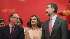 Los reyes de España junto al presidente de Fitur, Rafael Gallego (Foto: EFE).
