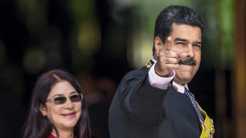 Nicolás Maduro junto a su mujer, Cilia Flores. (Foto: AFP)