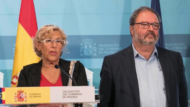 La alcaldesa Carmena con el concejal Javier Barbero. (Foto: Madrid)