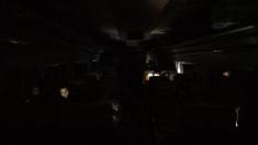 Pasajeros en un vagón de tren atrapado alumbrados por sus móviles y ordenadores. (Foto: TW)