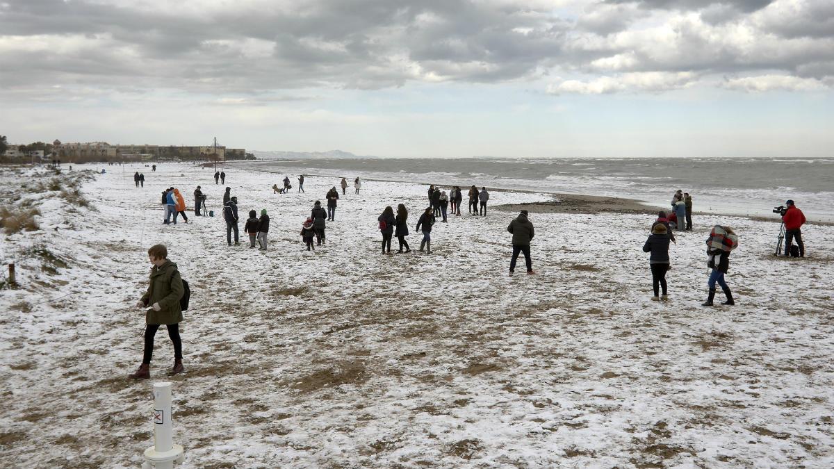 Las playas de Denia y Jávea, cubiertas de nieve por la ola de frío polar. (EFE)