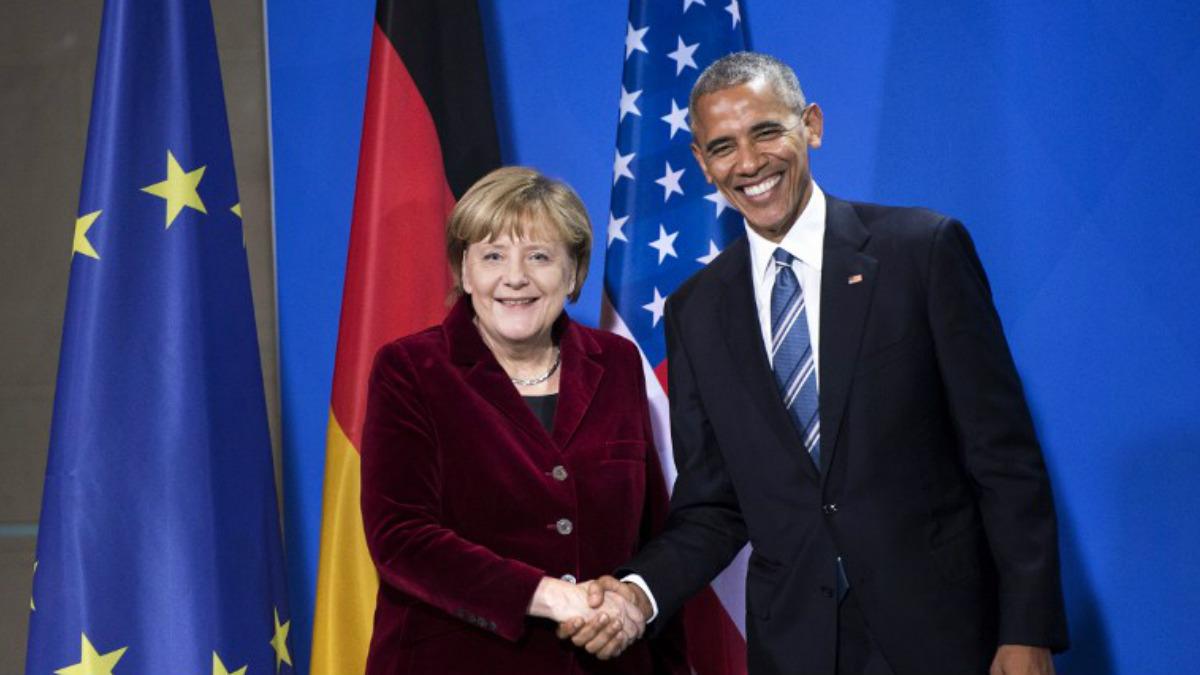 La canciller alemana Angela Merkel estrecha la mano del ya ex presidente de los Estados Unidos, Barack Obama. Foto: AFP