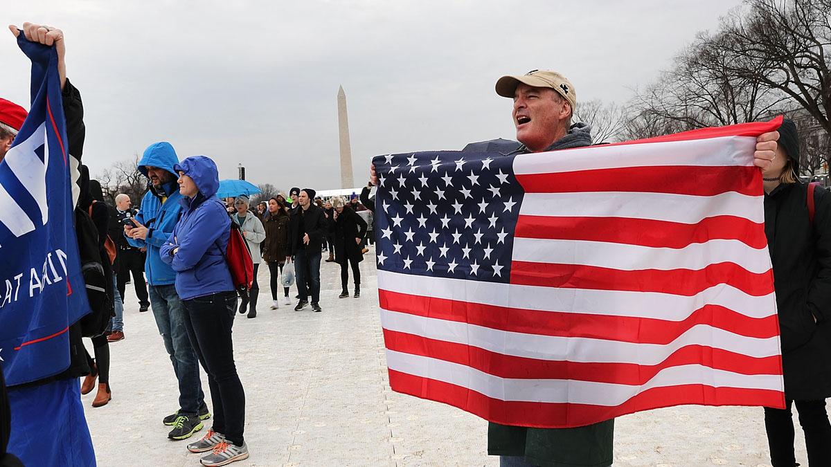 Un seguidor de Donald Trump con la bandera de Estados Unidos en Washington. (Foto: Getty)