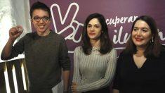 El secretario de Política de Podemos, Íñigo Errejón, acompañado por las diputadas Clara Serra (c) y Ángela Rodríguez, a su llegada a la presentación del documento de igualdad que desde la plataforma «Recuperar la ilusión» (Foto: Efe)