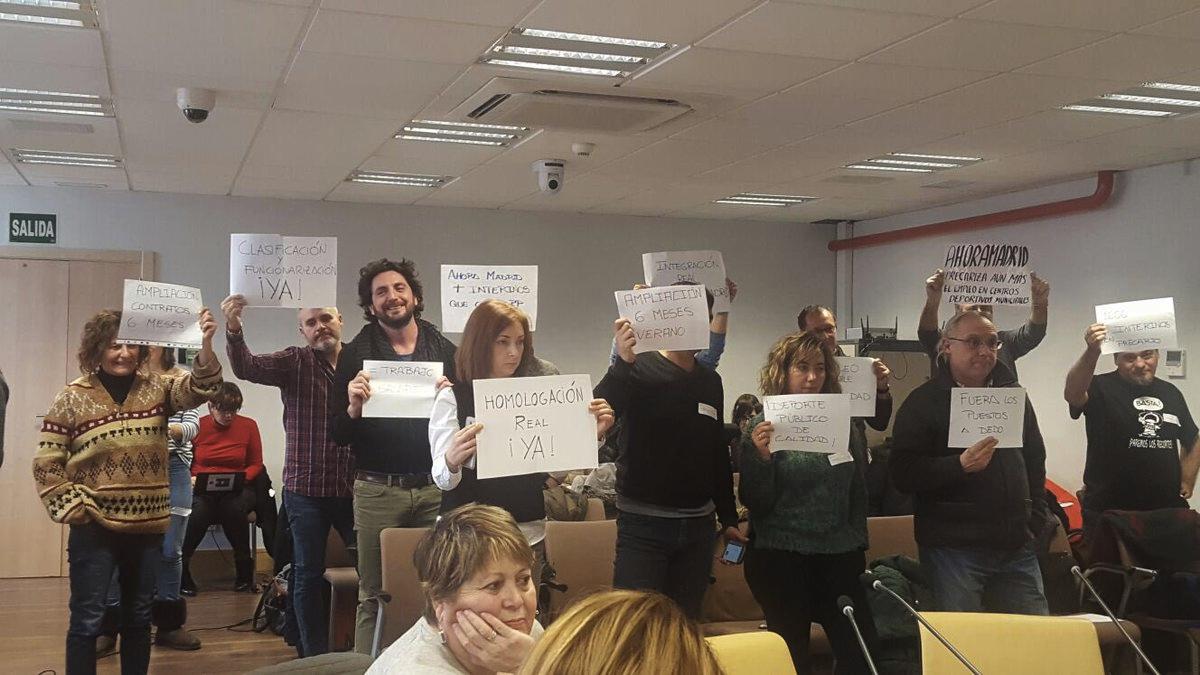 Trabajadores protestando en la comisión de Transparencia en la Casa de la Villa. (Foto: TW)