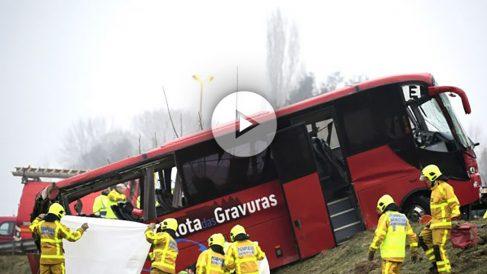 Bomberos junto a un autobús siniestrado recientemente en Francia (Foto: AFP).