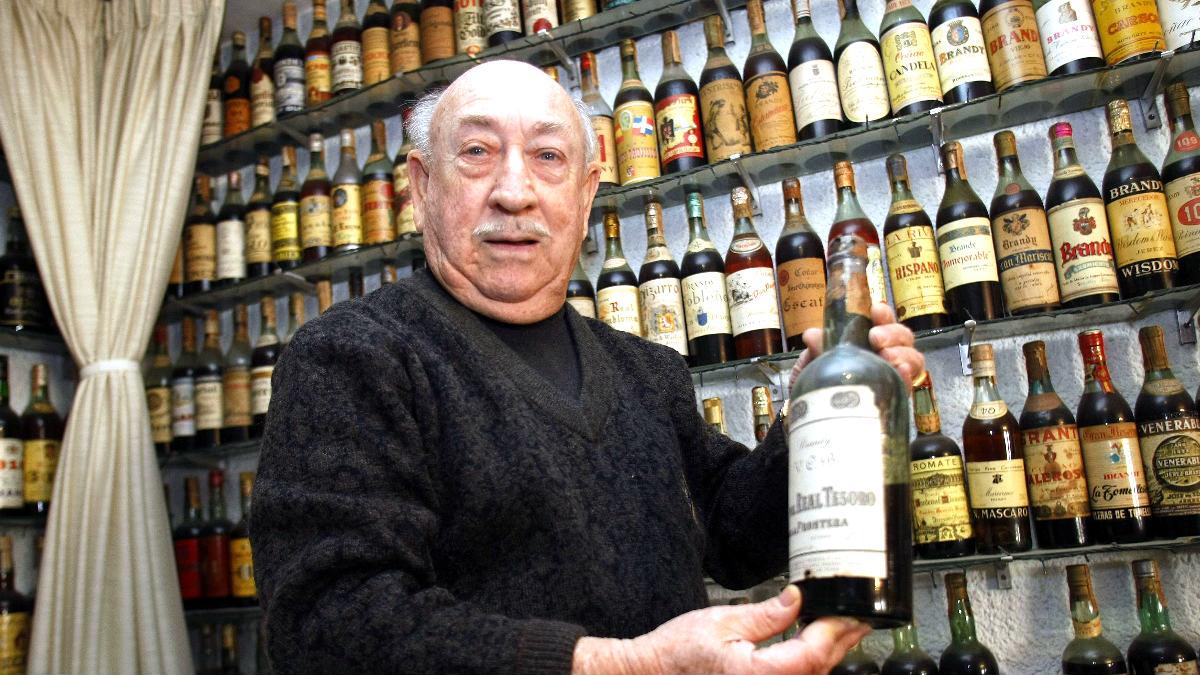 Manuel Brú con su colección de brandy (Foto: Efe).