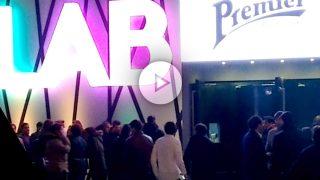 Un grupo de jóvenes espera para acceder a la discoteca de Miguel Ángel Flores. (Vídeo: Fernán González)