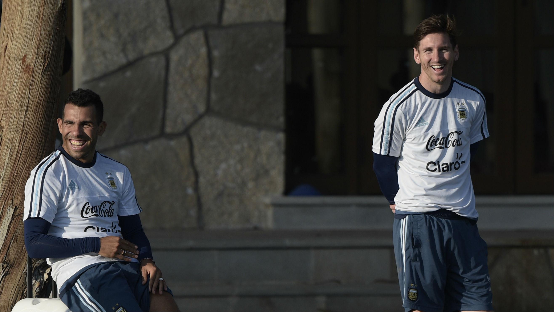 Carlos Tévez y Leo Messi, con la selección argentina. (AFP)
