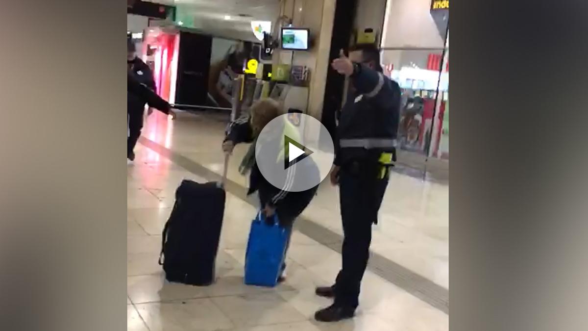 Un operario de seguridad trata de echar a la calle a los pasajeros en la estación de Sants, en Barcelona. (OKD)