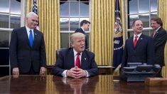 El presidente Donald Trump estrenando el Despacho Oval (Foto: AFP)