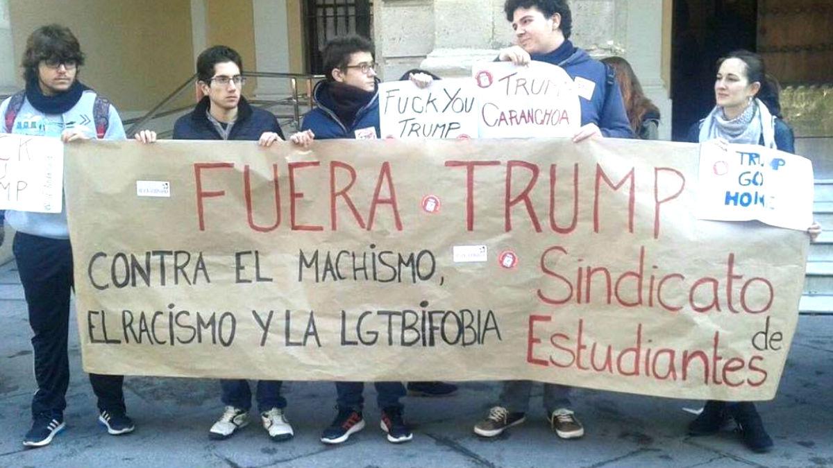 Manifestación antiTrump en Sevilla con sólo cinco personas.