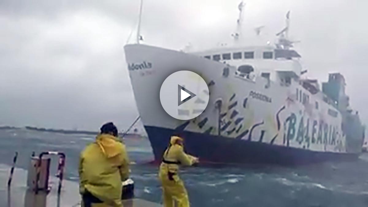 El ferry Ibiza-Formentera sacudido por la tormenta.