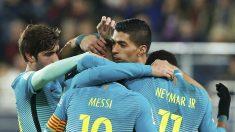 Los jugadores del Barcelona hacen una piña tras el gol de Denis Suárez. (EFE)