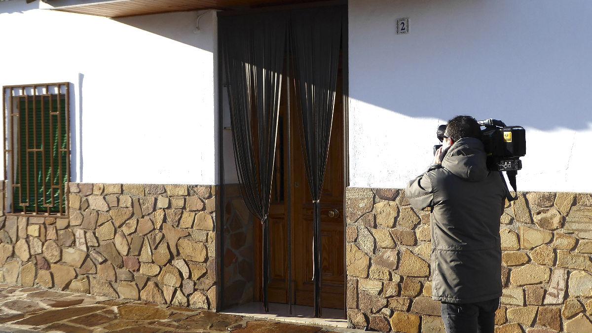 Un cámara graba frente a la puerta de la vivienda en la que se produjo el incendio (Foto: Efe).