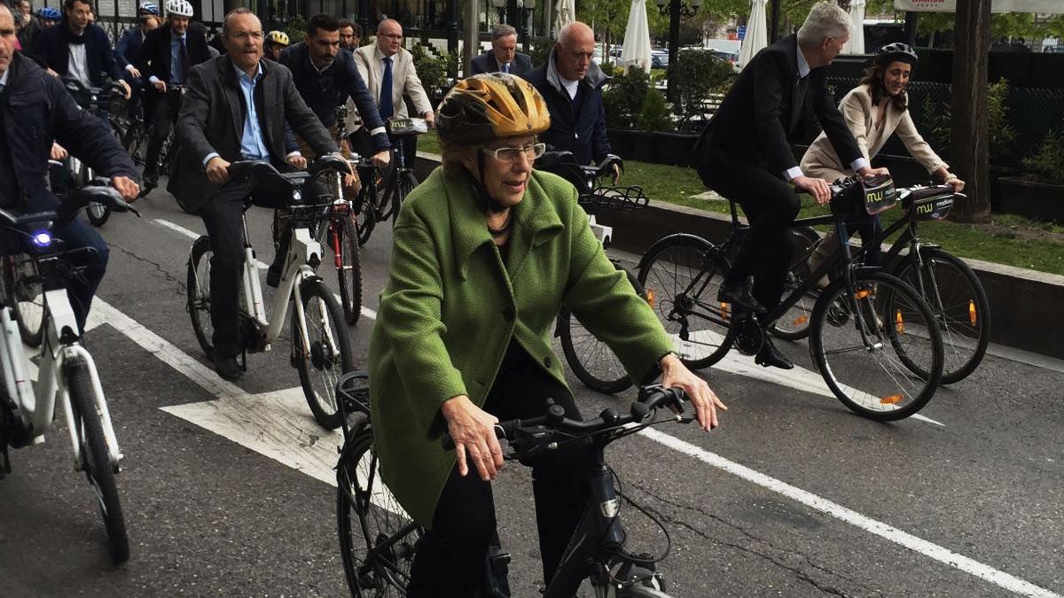 La alcaldesa Manuela Carmena en bicicleta. (Foto: Madrid)