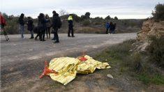 El cadáver de uno de los agentes rurales, tapado junto a la vía donde fue asesinado en Aspa (Lérida). (Foto: EFE).