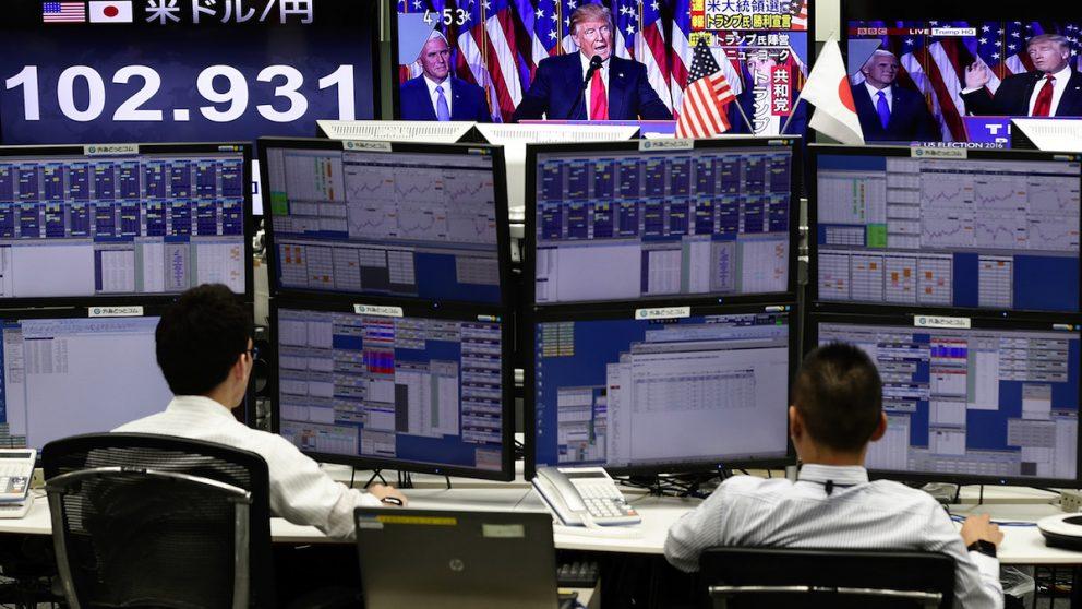 'Traders' japoneses durante el recuento electoral en EEUU. (Foto: Getty iStock)