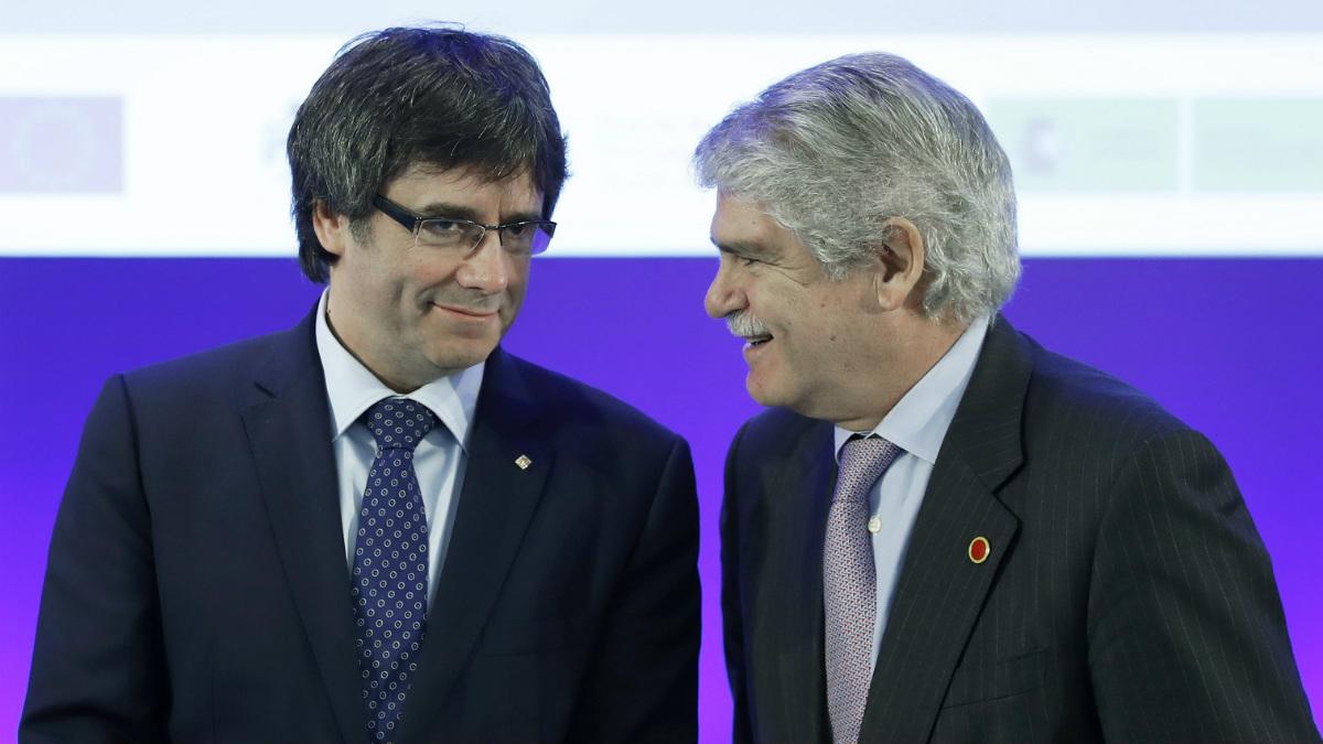 Carles Puigdemont y Alfonso Dastis, en la inauguración del Foro Euromediterráneo. (EFE)