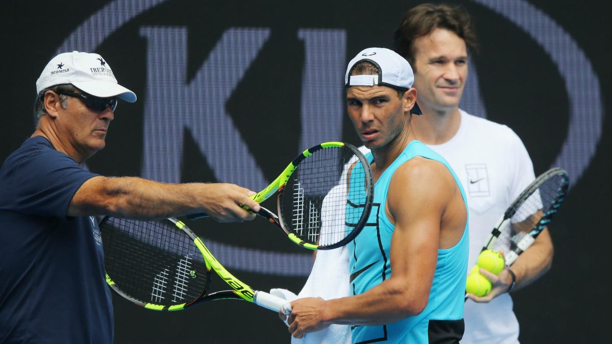 Rafa Nadal atiende a las instrucciones de Toni Nadal y Carlos Moyá. (Getty)